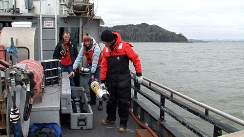 APL-UW team unloading AUV